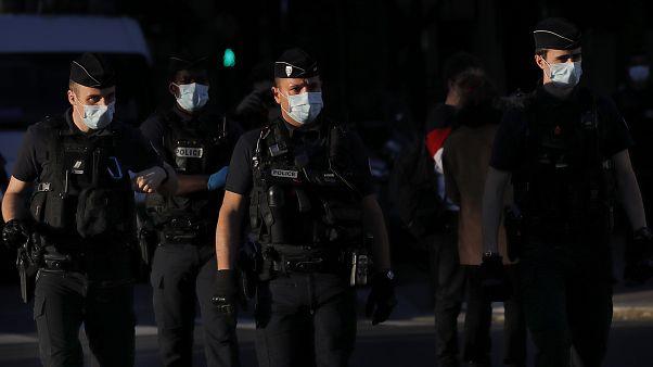 شاهد: صدامات ليلية بين السكان والشرطة رغم تدابير العزل الكامل في فرنسا