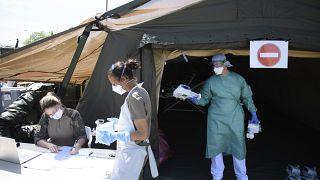 فريق طبي بصدد تفكيك مستشفى مؤقت في مولوز - 2020/04/17