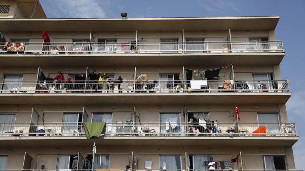 اليونان تفرض الحجر على فندق يضم مهاجرين ثبُتت إصابتهم بكوفيد-19