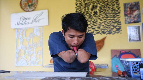شاهد: فنان كمبودي مبتور اليدين يتحدى إعاقته ونظرة المجتمع إليه