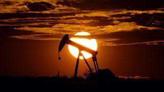 Leáldozóban az olajkutak ragyogása