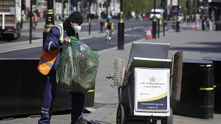عامل نظافة أمام البرمان البريطاني في لندن - 2020/04/21