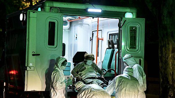 Un patient pris en charge par les services d'urgence médicaux pour suspicion de Covid-19, à Buenos Aires en Argentine le 21 avril 2020.