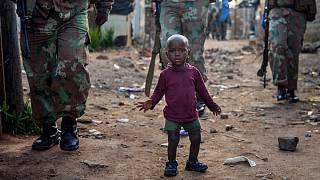 Tropas sul-africanas patrulham bairro de lata nos arredores de Joanesburgo