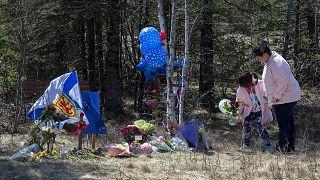 Kanada'daki silahlı saldırı kurbanları anısına olay yerine çiçekler bırakıldı