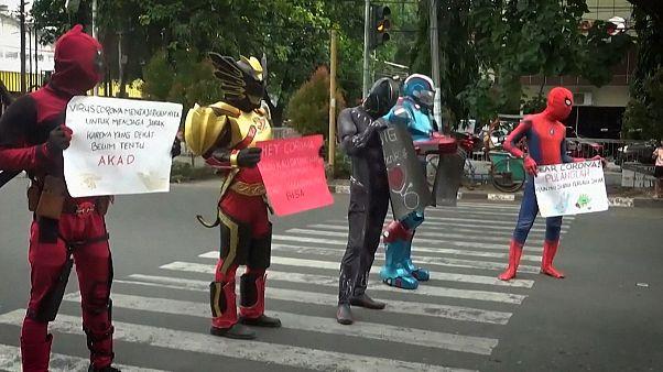 Супергерои просят не выходить на улицу
