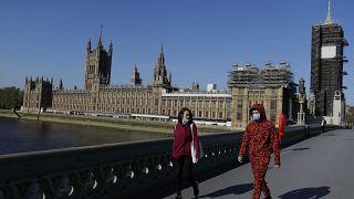 """İngiltere'de 23 Mart'tan buna """"Evde Kal"""" stratejisi uygulanıyor"""