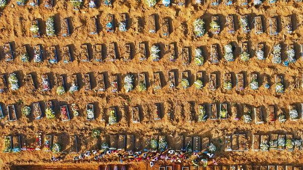 Una vista dall'alto delle fosse comuni al cimitero Nossa Senhora Aparecida di Manaus, 21/04/20