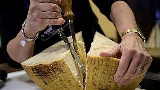 Il parmigiano ai tempi del Covid-19, tra le forme con gli scafandri