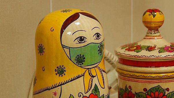 """حتى """"الماتريوشكا"""" الروسية ترتدي أقنعة واقية من فيروس كورونا (فيديو)"""