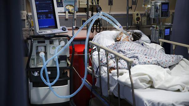 Hagyományos lélegeztetőgépre kötött beteg egy a New York-i St. Joseph kórház sürgősségi osztályán