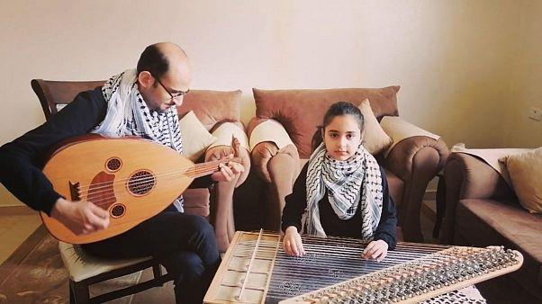 دختر فلسطینی برای همدلی با مردم ایتالیا با ساز قانون «بلاچاو» مینوازد