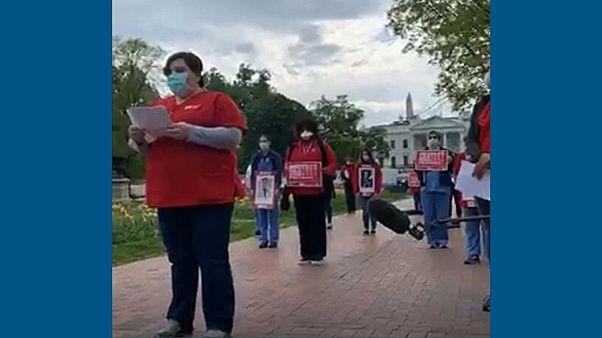 کرونا در آمریکا؛ خواندن نام پرستاران فوت شده مقابل کاخ سفید