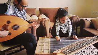 Una niña palestina de 8 años toca 'Bella Ciao' para dar ánimos a los afectados por el COVID-19