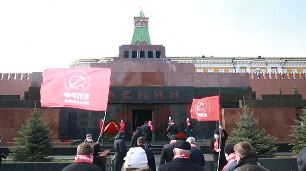 Юбилей Ленина: цветы, флаги и маски