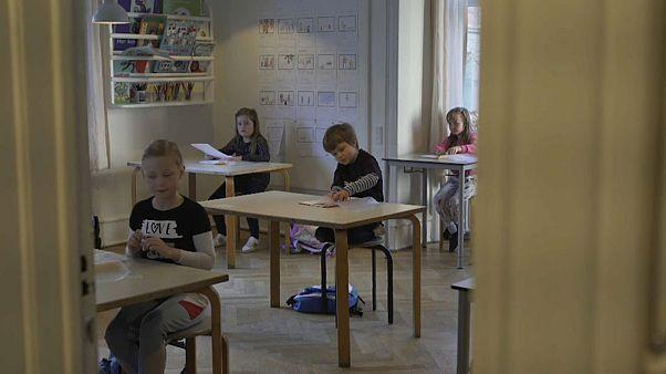 Covid-19: non hanno paura di tornare in classe i bimbi danesi che si salutano a gomitate