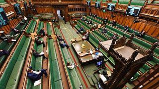 مخالفان در غیاب جانسون از «تعلل» دولت بریتانیا در برابر کرونا انتقاد کردند