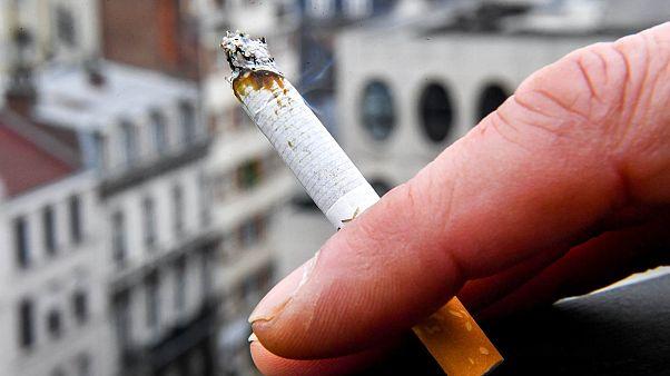 صورة لمدخن سجائر في مدينة ليل شمال فرنسا - 1 مارس 2018