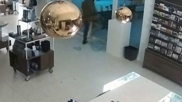 شاهد: لص يقتحم متحفا ويسرق لوحة ثمينة لفان جوخ
