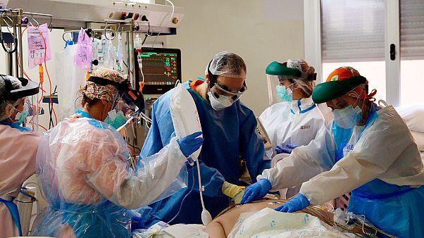 Une équipe médicale de l'hôpital prince des Asturies d'Alcala de Henares, près de Madrid, prodiguant des soins à un patient atteint du Covid-19, le 22 avril 2020.
