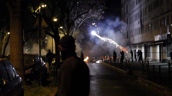 Continuam os confrontos nos arredores de Paris