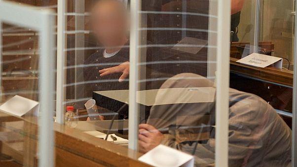 المتهمان السوريان أنور رسلان (يسار) 57 سنة، وإياد الغريب (يمين) 43 سنة، محكمة كوبلنز، ألمانيا- 23 أبريل / نيسان 2020