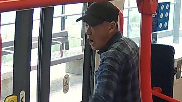 مظنون تحت تعقیب؛ مردی که به سمت مسافران تراموا عطسه کرد