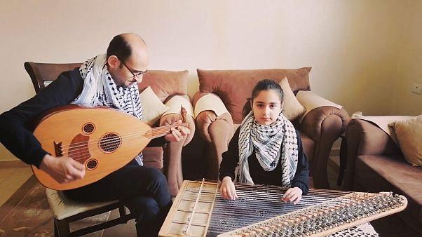 """Covid-19: Reema, bimba palestinese, suona """"Bella ciao"""" per l'Italia"""