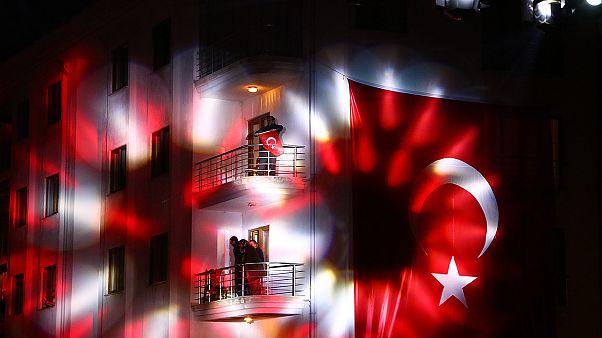Türkiye'de 23 Nisan coşkusuyla balkonlardan İstiklal Marşı okundu