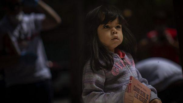 İspanya'nın Barselona kentinde çocuklara dağıtılan hikaye kitabını elinde tutan 3 yaşındaki Mia Antohonella