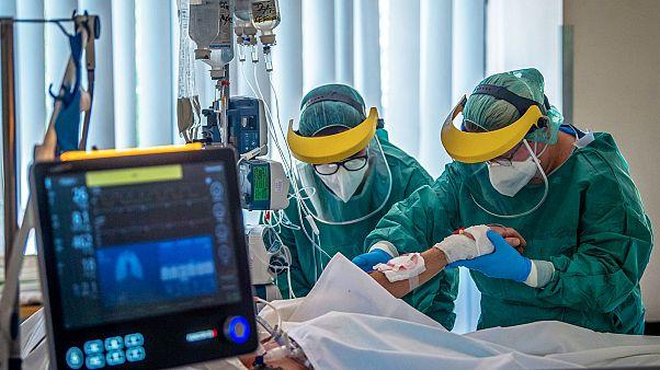 Une équipe médicale de l'hôpital St. Laszlo, à Budapest, prodiguant des soins à un patient atteint du Covid-19, le 23 avril 2020.