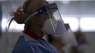 Covid-19: le peripezie della dottoressa inglese Megan John per trovare camice e mascherina