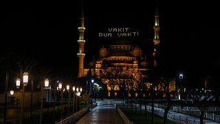 Sultanahmet Camisi'ne Ramazan ayının başlaması nedeniyle mahya asıldı