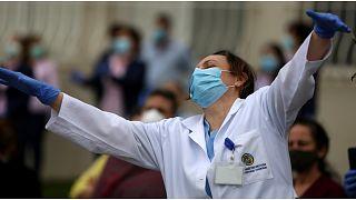 حفلة موسيقية أمام مستشفى لبناني دعما للطواقم الطبية في معركتهم ضد كورونا