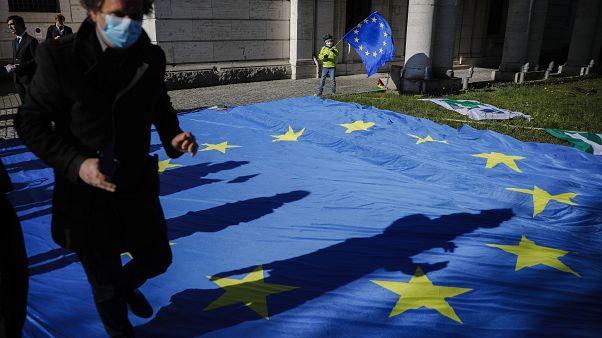 Sondagem: Alemães confiantes na resposta à Covid-19, espanhóis pouco satisfeitos