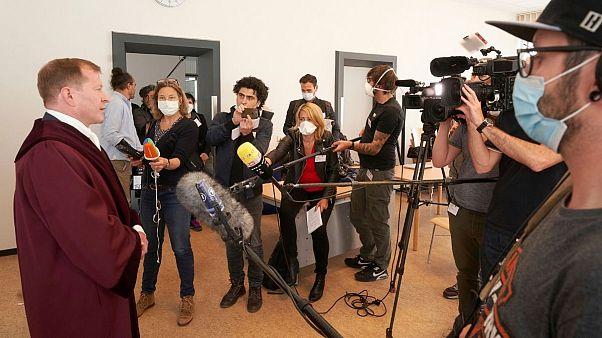 جاسپر کلینگ، دادستان ارشد آلمان پس از دادگاه جنایات جنگی سوریه با خبرنگاران گفتگو میکند. آوریل ۲۰۲۰