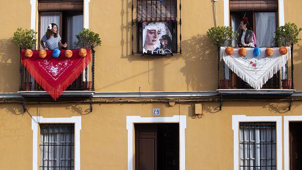 Mairena del Alcor bei Sevilla: Frauen singen von Balkonen