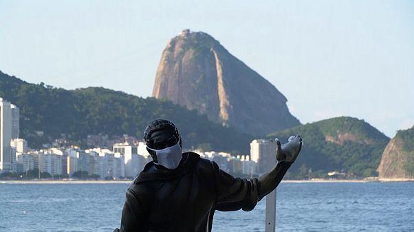 No comment: szájmaszkot kaptak Rio de Janeiro köztéri szobrai
