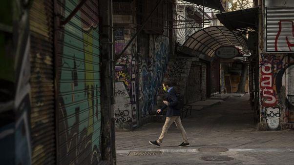 Αιφνιδιαστική υποβάθμιση από Fitch της προοπτικής του ελληνικού αξιόχρεου