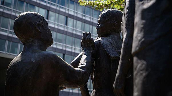 مجسمه تزریق واکسن به یک کودک در مقابل مقر سازمان بهداشت جهانی