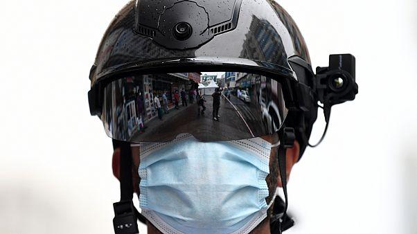 """شاهد: شرطة دبي تستخدم """"الخوذات الذكية"""" لمكافة فيروس كورونا"""