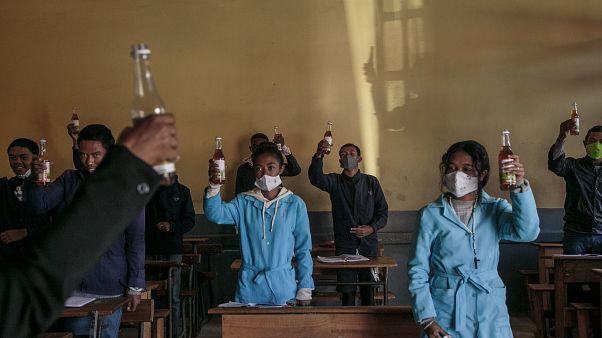 """شاهد: تلاميذ مدغشقر يشربون """"علاج الرئيس السحري"""" لفيروس كورونا"""