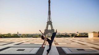 السورية يارا الحاصباني ترقص في ساحة تروكاديرو الفارغة أمام برج إيفل في باريس في 22 أبريل 2020