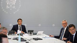 الرئيس إيمانويل ماكرون برفقة وزير الاقتصاد والمالية برونو لومير وعدد من الوزراء، من قصر الإليزيه خلال مؤتمر عبر الفيديو مع ممثلي الفنادق والمطاعم-باريس 24 أبريل 2020
