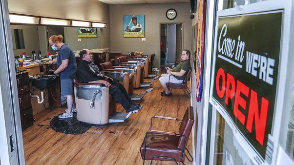 Estados republicanos dos EUA reabrem cabeleiros e ginásios