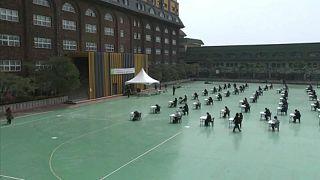 Szabadtéri vizsgák Dél-Koreában a járvány miatt