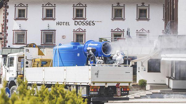 Video: İtalya'da caddeler kar makinesiyle dezenfekte edildi