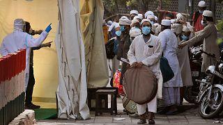 Hindistan'da Covid-19'u yaymakla suçlanan Müslümanlar bazı hastanelere alınmıyor