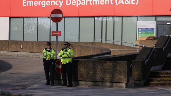 İngiltere'deki koronavirüs salgını nedeniyle acil servis başvuruları azaldı
