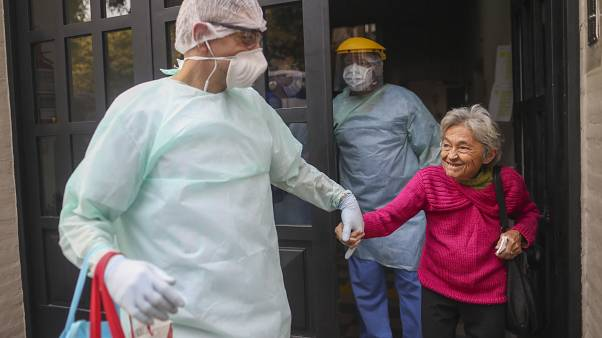 في لشبونة.. متطوعون يقدمون المساعدة للمسنين في زمن كورونا